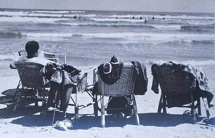 Scaune pe plaja din Mamaia, in 1958