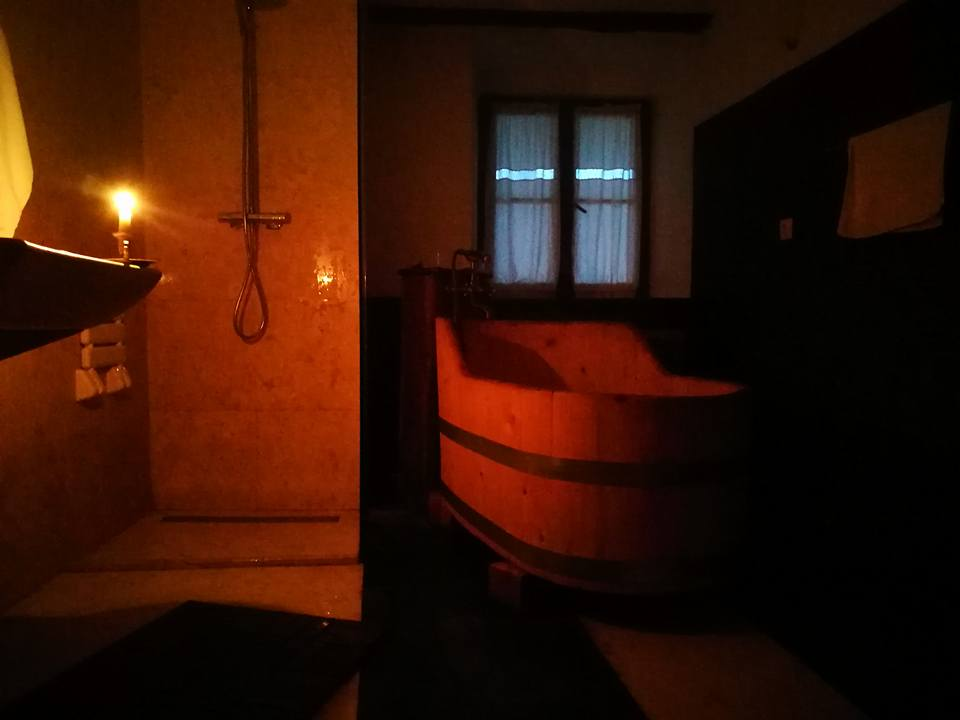 Baia rustica din camera 4 de la Hotel Castel Daniel