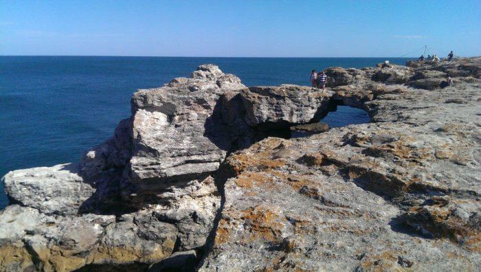Arcada de piatra de pe malul marii, la Tyulenovo